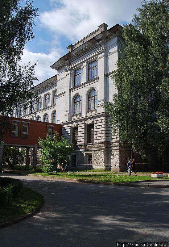 Главное здание соединяется со столовой небольшим коридором, который в народе называется