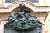 Деталь памятника скрипичному мастеру Матиасу Клотцу
