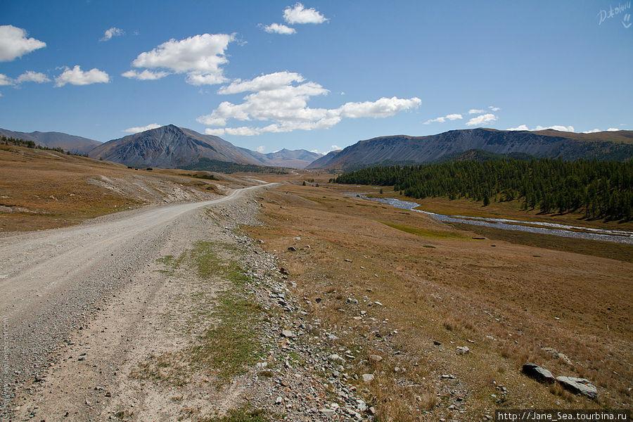 И дорога тянется вдоль рек. То ближе, то дальше от них... но лучше дальше, спокойнее :)