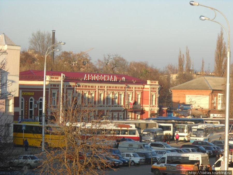 Площадь перед автовокзалом; посадка осуществляется не здесь, а на тылах здания