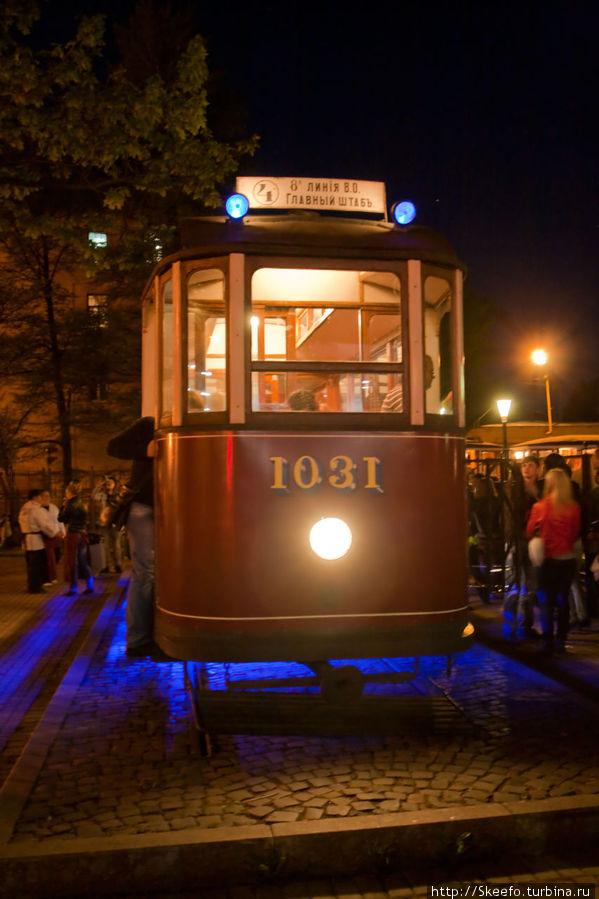 Это трамвай-касса, и он-же буфет.