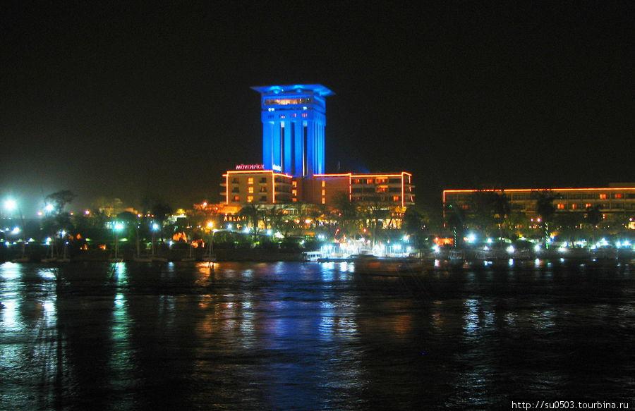 Отель MÖVENPİCK вечером (