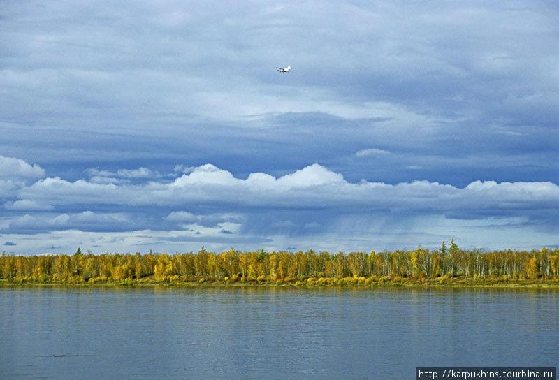 Маленький самолётик, на фоне неба, сейчас приземлится и повезёт нас в Усть-Маю.