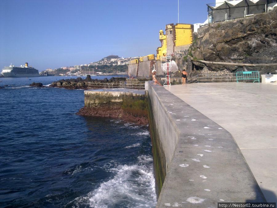 Последний день на Мадейре. Утро. Городской пляж Фуншала. В порту стоит круизный лайнер, та самая Коста Конкордия, которая затонула в январе 2012 у берегов Италии. Снято на телефон.