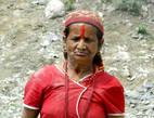 Трудно себе представить наших пожилых женщин в таком обличии. Но  ведь это Непал!