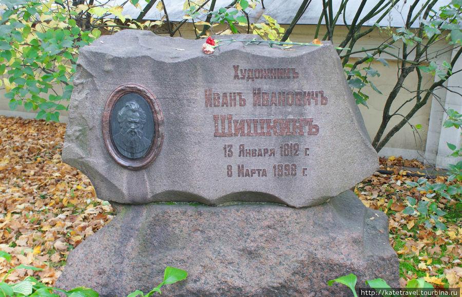 Памятник на могиле И.И.Шишкина