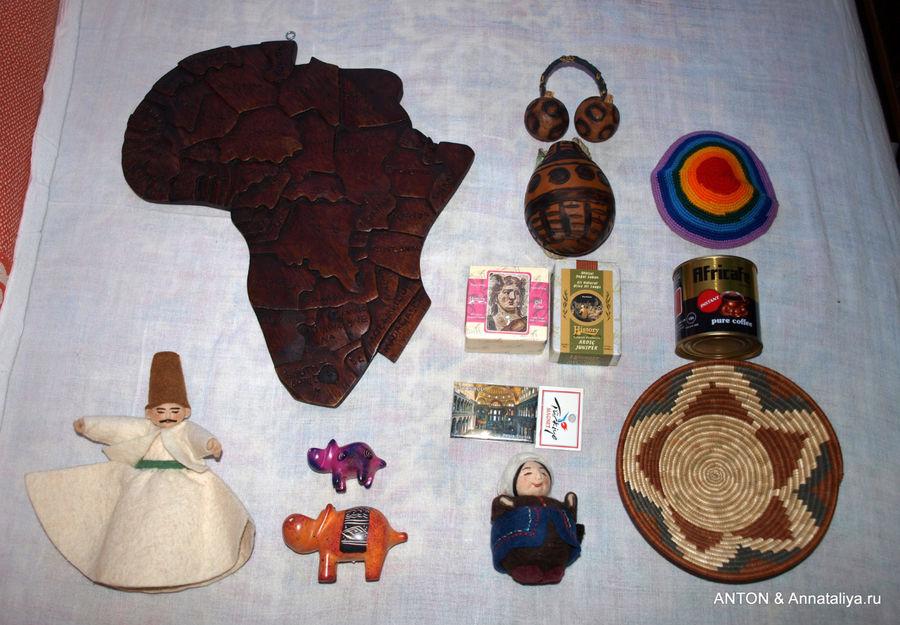 Фото 2. Тут у нас: деревянная карта Африки, войлочная фигурка дервиша, две фигурки бегемотиков, танцевальная принадлежность и сосуд для воды из тыквообразного плода, два кусочка натурального мыла, магнитик, войлочная фигурка бабушки, еврейская кипа, баночка растворимого кофе, плетеная тарелка.