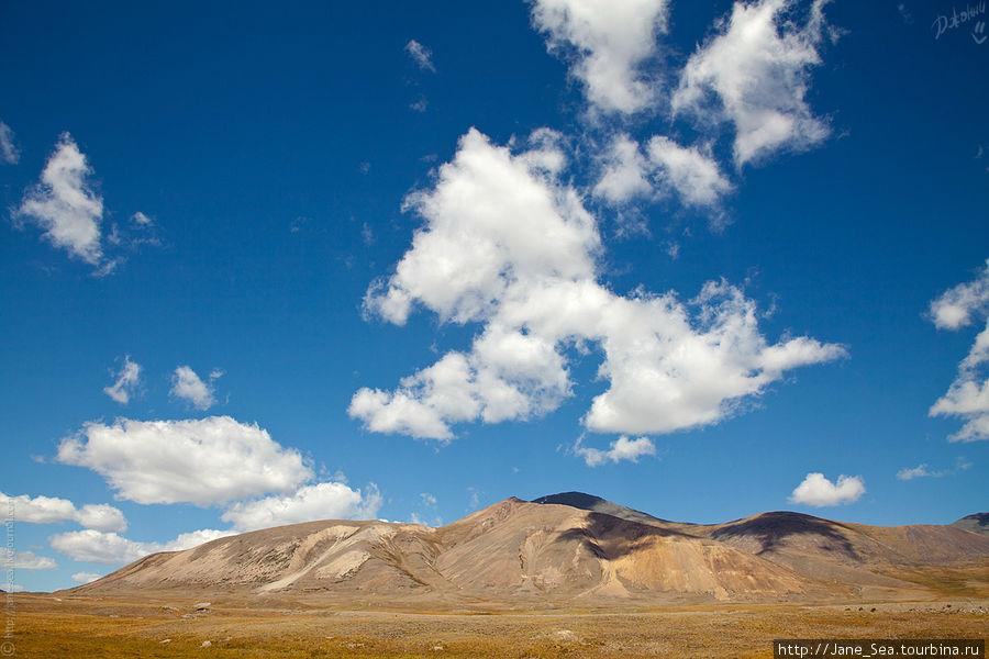 Взгляд от озера назад. Толи облако решило приземлиться, толи уже взлетает. Эта фотография вызывает у меня ассоциации с тибетскими пейзажами... да, не зря проводят параллели и объединяют Алтай и Гималаи.