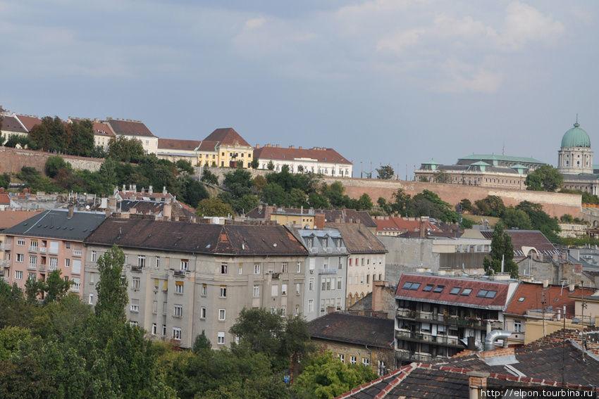 Вид из окна отеля : справа — Королевский дворец