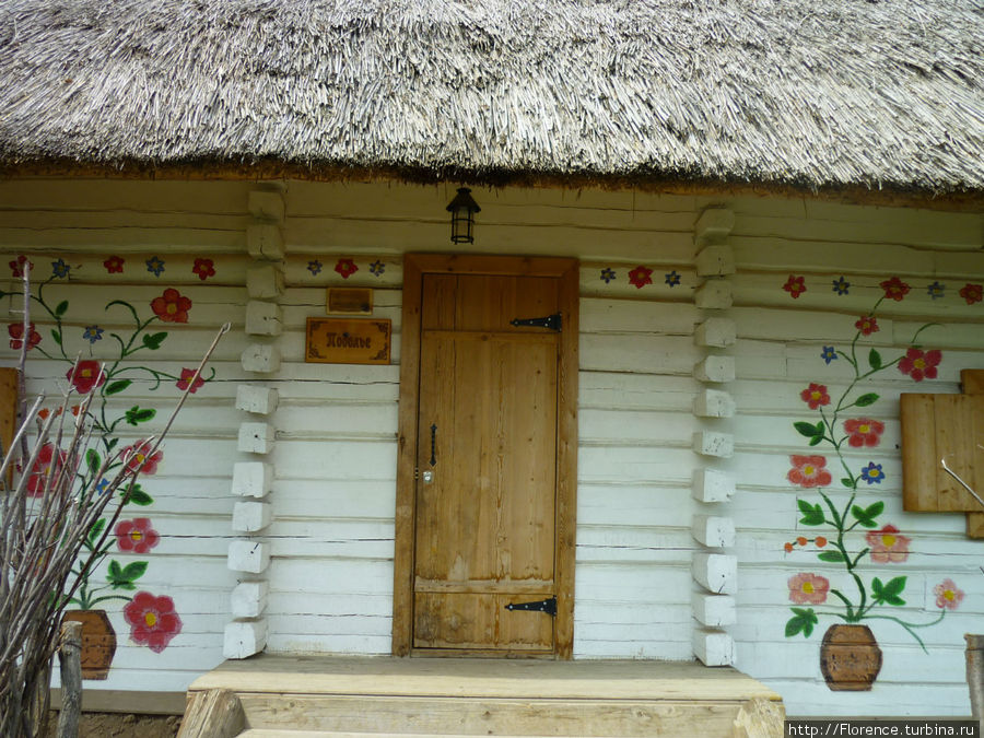 Вход в одну их гостничных хат хутора Украины
