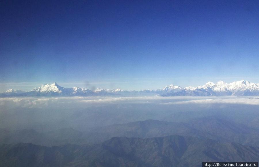 Вот так выглядят Гималаи из иллюминатора самолёта.