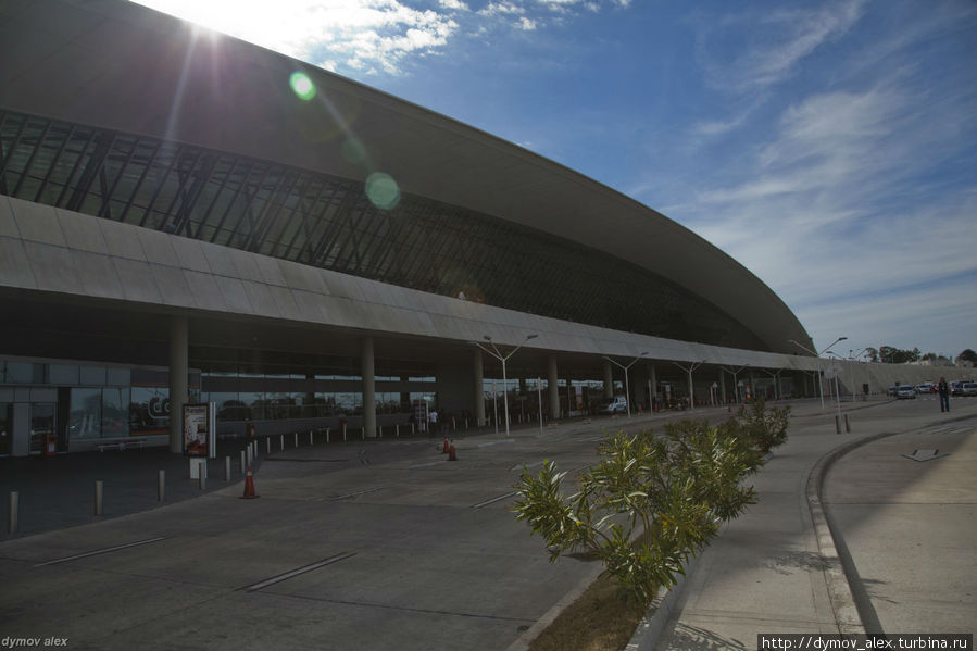 Аэропорт Монтевидео считается самым красивым в Латинской Америке. По крайней мере, так пишут. Не знаю, как насчет самого красивого, но он просторный, удобный и современный. Монтевидео, Уругвай