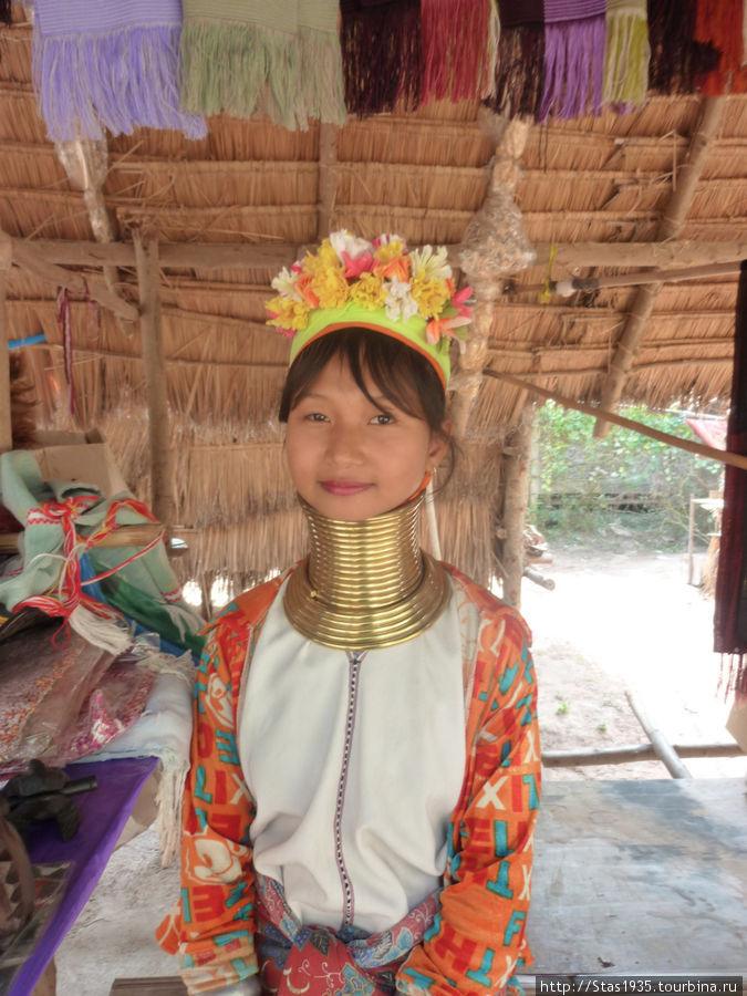 Паттайя. Женщина народности Карены Падонг.
