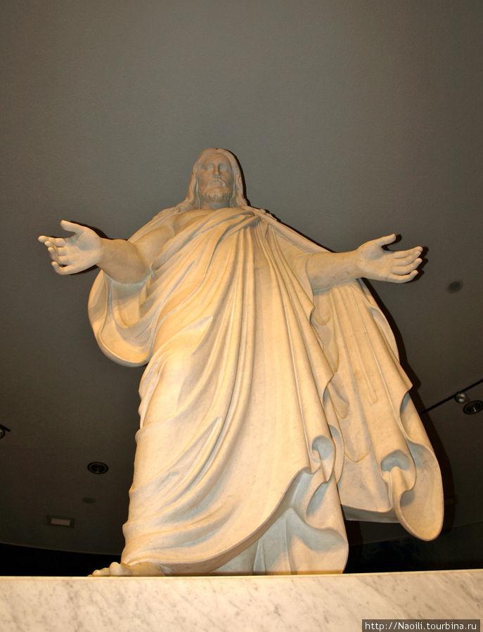 Центральное место занимает огромная скульптура Христа.