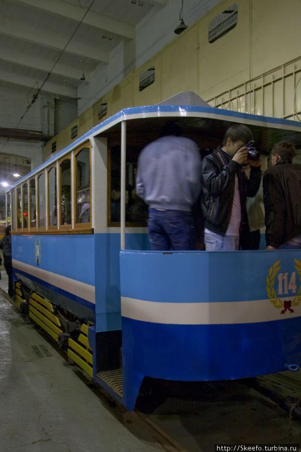 Это вагон конки. На самом деле он новодел, переделан из грузовой трамвайной платформы. Но выглядит как настоящий, восстанавливался по фотографиям.
