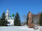 на площади —  блестящий (в прямом смысле — на солнце) памятнику Ильичу