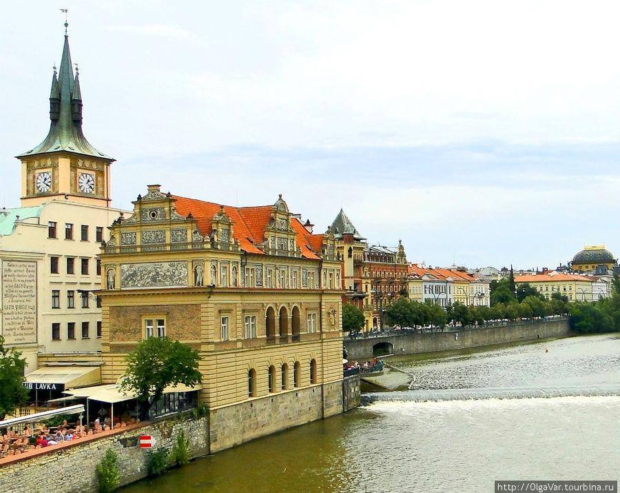 Вид на Староместскую водонапорную станцию с Карлова моста