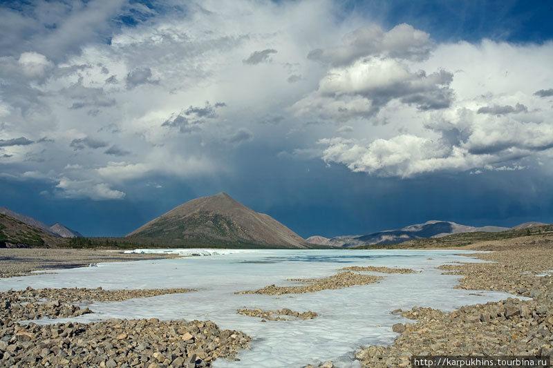 В верховьях реки Лабынкыр. Грозовое небо не может оставить равнодушным, вызывает в человеке целую гамму совершенно разных чувств.