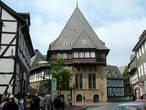 Бэкерхаус — дом гильдии пекарей (1557) с прекрасным деревянным эркером