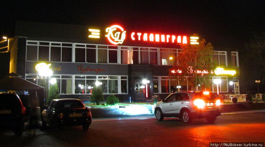 Здание отеля ночью