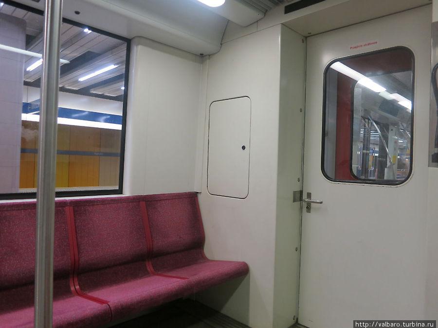 Внутри некоторые поезда похожи на московские.