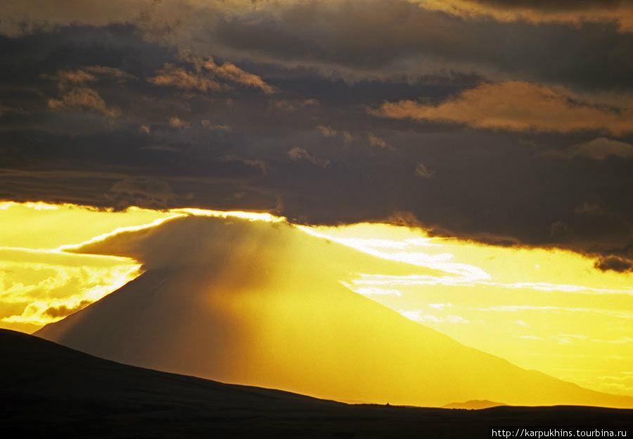 Вулкан Опала. Снято вечером от Мутновки. Длиннофокусным объективом, конечно.