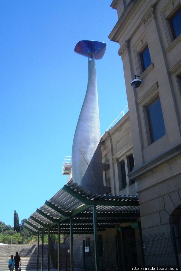 Самый маленький олимпийский стадион (на 56 тыс.человек), где Монсеррат и Меркури открывали гимном «Барселона» Олимпиаду в 1992 году. Здесь же олимпийская чаша огня.