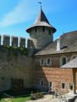 Под Комендантским дворцом расположены огромные подвалы, в которых раньше хранили оружие и провизию.