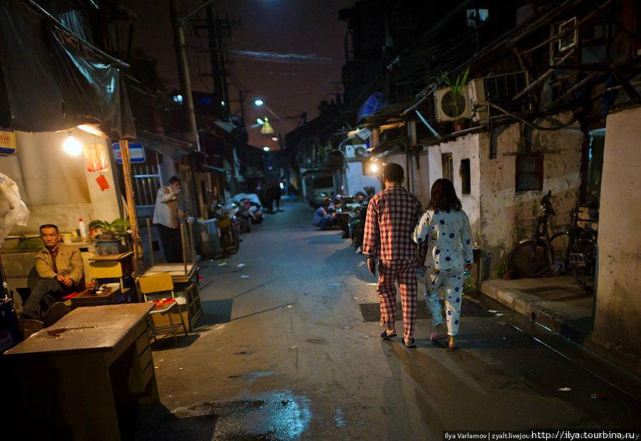 Еще очень много людей ходит в пижамах. Как мне объяснили, ходить в пижаме стало модно Шанхай, Китай