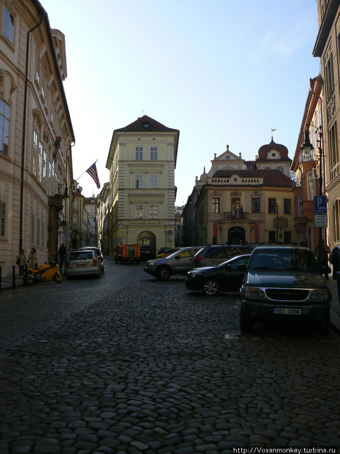 Растроение улицы Tržiště, в смысле деление на три: слева — Vlašská, в середине — Břetislavova, а направо отходит продолжение самой Tržiště. Вам туда.