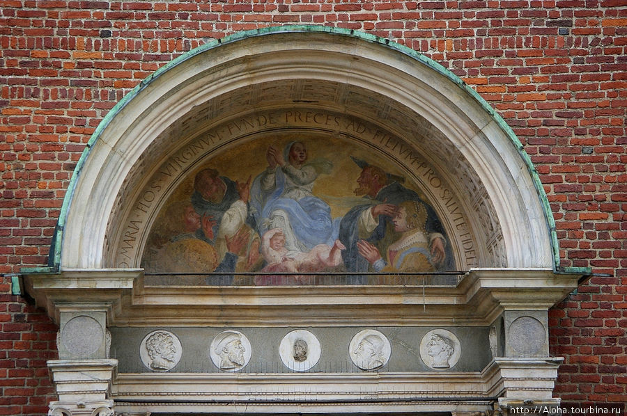 На фронтоне церкви Санта Мария делле Грацие.