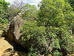 На нижнем ярусе у подножия Сигирии множество гротов и пещер, скрытых в каменных глыбах