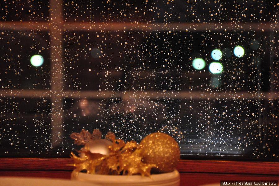 За окном дождь, а в кафе в преддверии Рождества тепло и уютно, будто в кают-компании.