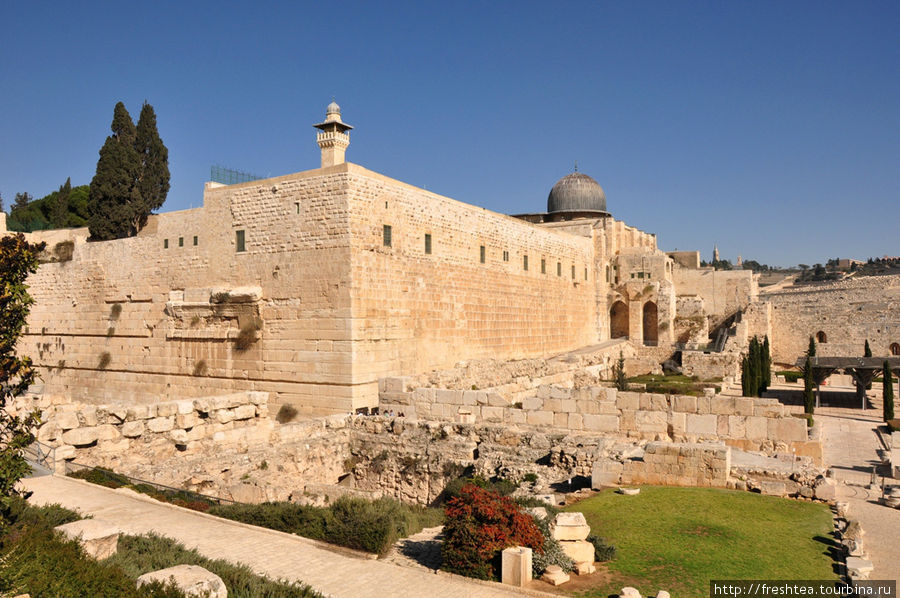 Угол стены, где сохранились следы укрепления крепости в период правления Ирода Великого (выступы плит слева от угла в средней части стены).