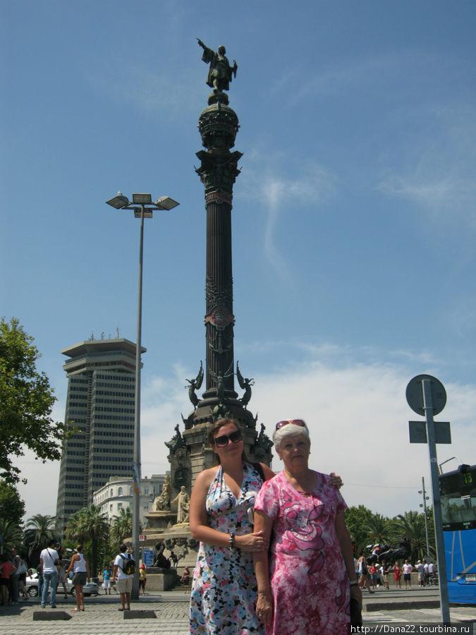 Памятник Христофору Колумбу. Внутри него — лифт на смотровую площадку.