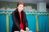 На выборы пришла старшая дочь президента, Дарига. Она тоже баллотировалась в депутаты мажилиса, чтобы быть опорой и поддержкой своему отцу.