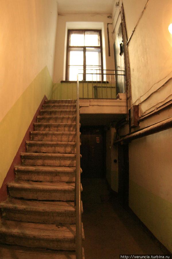 Лесенка, ведущая на тупиковый 2-й этаж. Возможно, здесь раньше находилась Дворницкая.