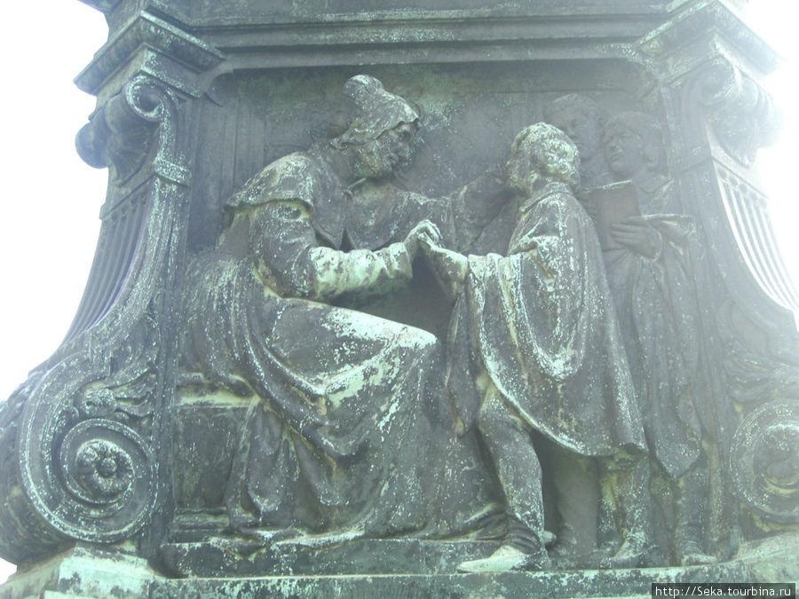 Рельеф, где Лютер изображен мальчиком