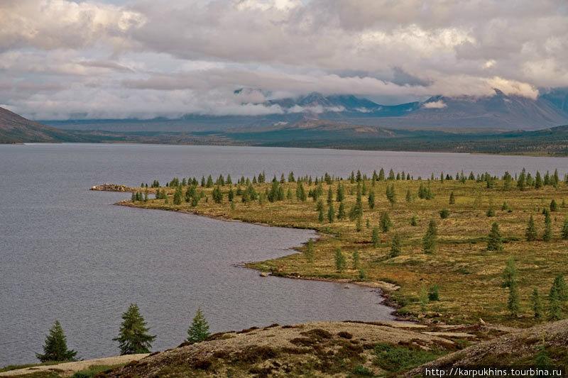 Южная половина озера Момонтай. Момонтай растянулся на десять километров с севера на юг у подножия горы с одноимённым названием. В ширину озеро не более двух с половиной километров. С юга неподалёку возвышается горный массив Черге, а к западу хребет Оханджа. Момонтай расположен на высоте 1048 метров над уровнем моря. Достаточно высоко для этих мест и поэтому по берегам его растут лишь редкие лиственницы.