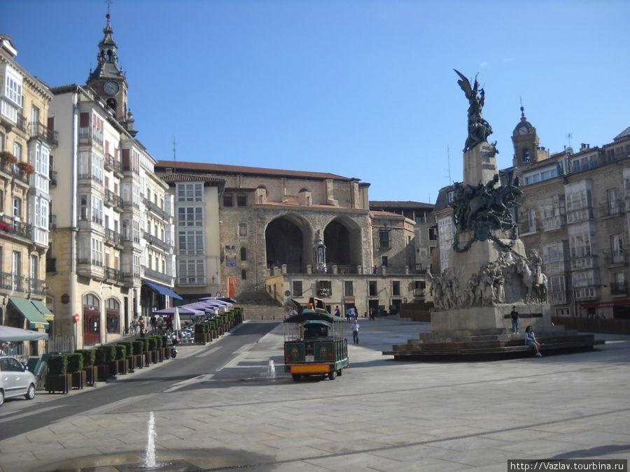 Панорама площади; памятник павшим на снимке справа