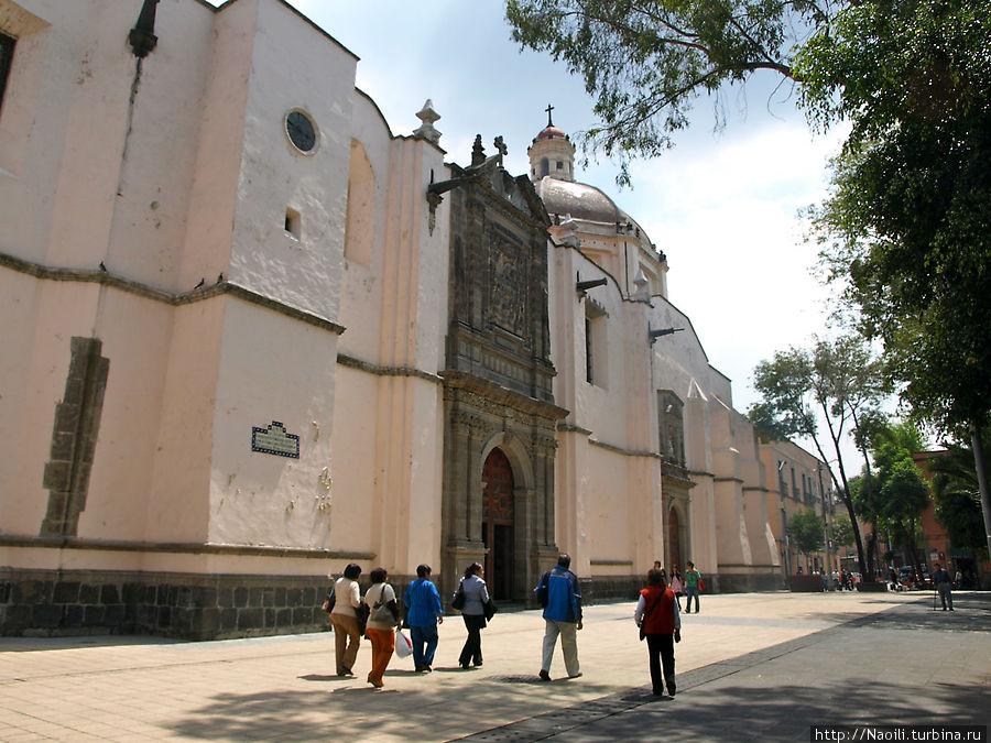Эта небольшая площадь с  зеленым сквером напротив называется Регина в честь храма Регины 18 века