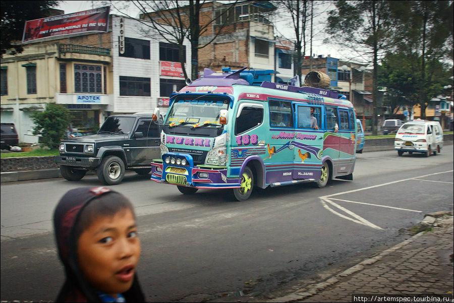 Различные модели маршруток и автобусов не только лихо ездят, но и демонстируют отменный декор. Кстати, большинство водителей на местных рейсах не имеет водительских удостоверений —