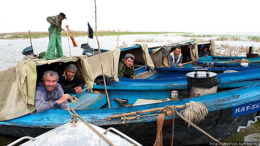 Рыбаки во время путины неделями живут на воде, в своих лодках – бударах Атырауская область, Казахстан