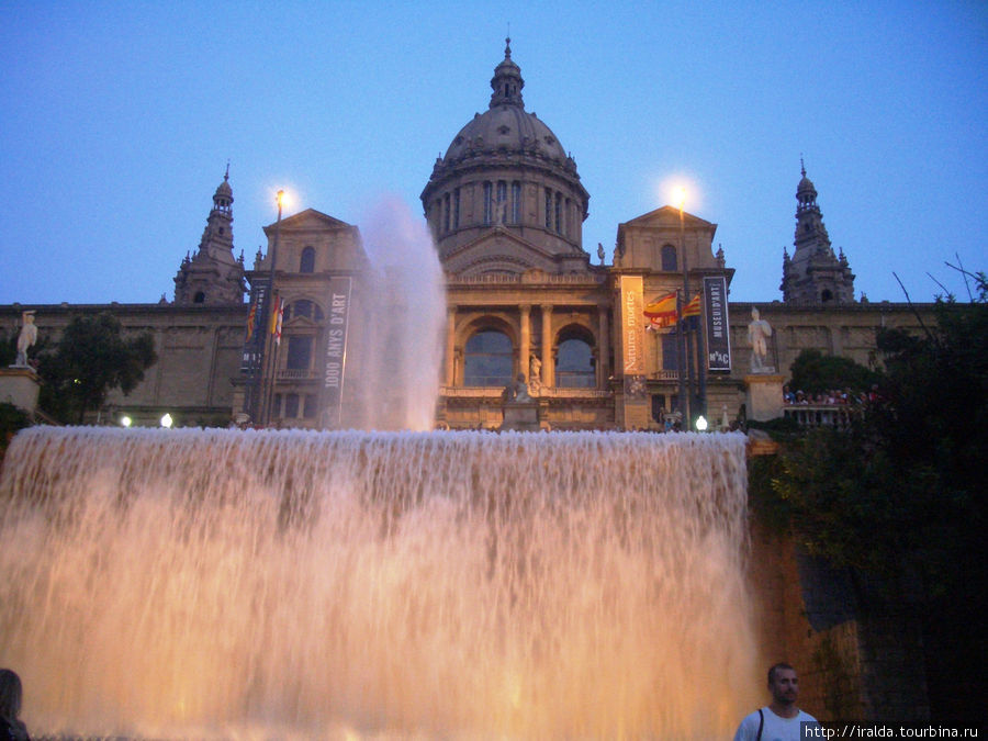 Вечером, восхищенные, наблюдаем танец воды и света.