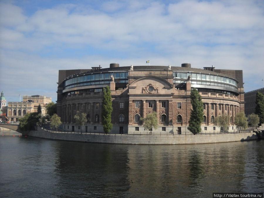 Вид на здание с набережной