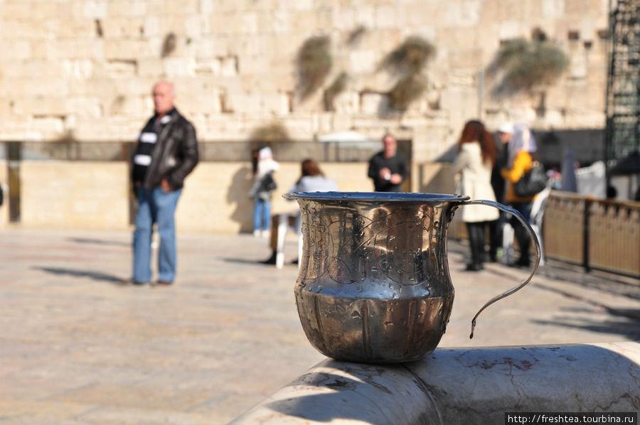 На площади перед Западной стеной: у одного из фонтанов (сабилей) Храмовой горы, что были построены там при Османах для омовения перед входом в святыни.
