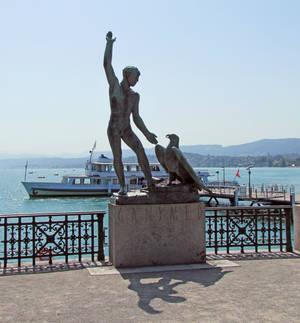 Пример, что в парковой скульптуре используются не только женские обнаженные тела, но и птицы