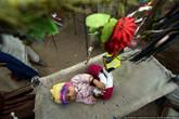 Ребенок в колыбельке прямо на улице.