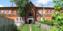 Строение для хранения карет и проживания прислуги (в настоящее время жилой дом).