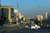 В городе есть хорошие дороги и многоуровневые развязки, есть даже несколько небоскребов.
